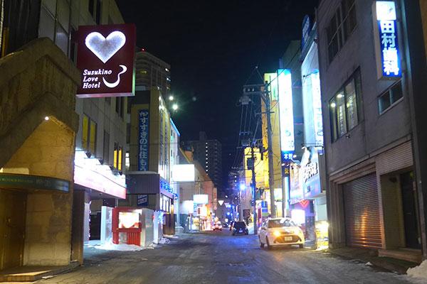 夜のすすきのラブホテル街