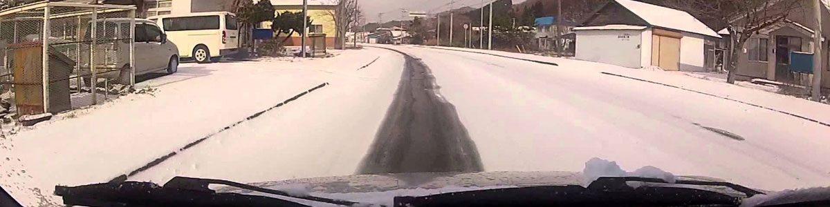 尾行が目立つ積雪期の閑散な道
