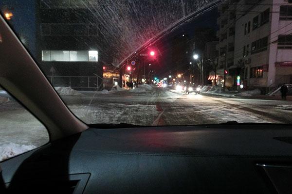 雪の札幌の夜道