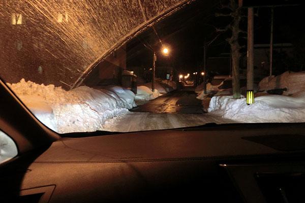 雪を熱で溶かしている急な坂道