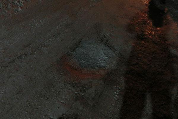 マンホール上の雪が溶けてできた穴