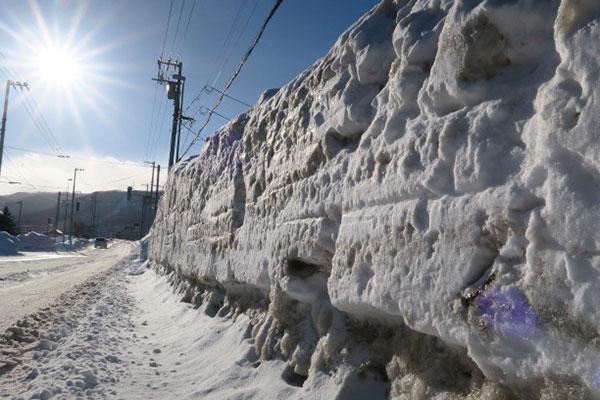 除雪を積み上げた「壁」