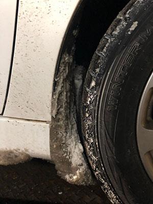 タイヤと車体間の雪の詰まり